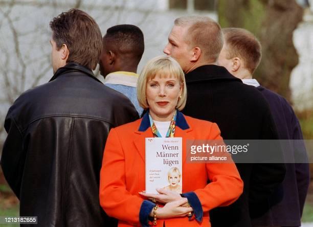 """Programm-Moderatorin Heike Maurer stellt am 4.3.1999 in Hamburg ihr Buch """"Wenn Männer lügen"""" vor. Alles begann damit, daß sie vor anderthalb Jahren..."""