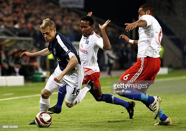 Ze Roberto and Dennis Aogo of Hamburg and Damien Duff of Fulham compete for the ball during the UEFA Europa League semi final first leg match between...