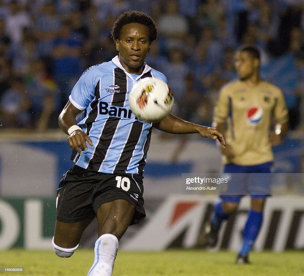 Ze Roberto of Grêmio conducts the ball during the match between Grêmio (Brazil) and Millonarios (Colombia) as part of the eighth stage of Copa Sudamericana 2012 at Olímpico stadium on October 30, 2012 in Porto Alegre, Brazil.