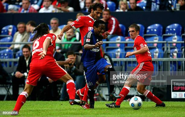 Ze Roberto of Hamburg is challenged by Martin Demichelis Hamit Altintop and Philipp LAhm of Muenchen during the THome cup match between FC Bayern...