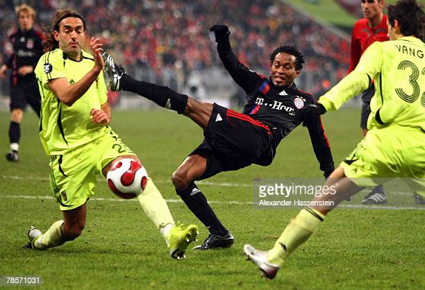 Ze Roberto of Munich challenge for the ball with Anthanasios Prittas of Saloniki and his team mate Kristi Vangeli during the UEFA Cup Group F match...