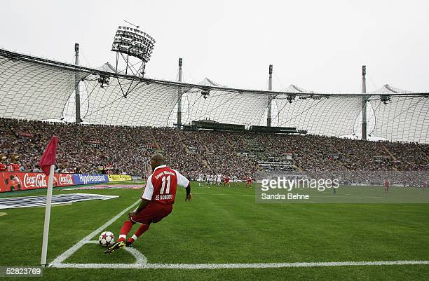 Ze Roberto of Munich takes a corner during the 1 Bundesliga match between FC Bayern Munich and 1FC Nuremberg at the Olympic Stadium on May 14 2005 in...