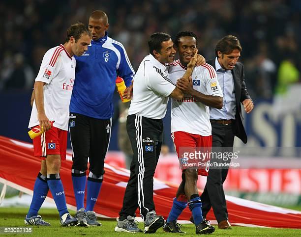 Ze Roberto und CoTrainer Eddy Soezer von Hamburg jubeln nach dem Bundesligaspiel zwischen Hamburger SV und VfB Stuttgart in der HSH Nordbank Arena am...