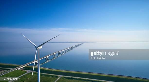zeeland bridge antena con aerogenerador - países bajos fotografías e imágenes de stock