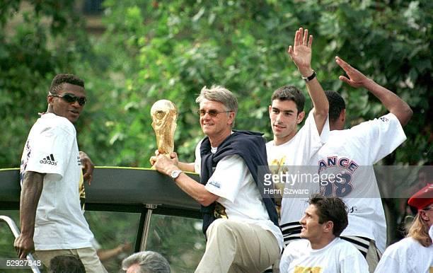 PARIS Zehntausende feierten den frischgebackenen FUSSBALL WELTMEISTER FRANKREICH in Paris Marcel DESAILLY Trainer Aime JACQUET Robert PIRES Bixente...