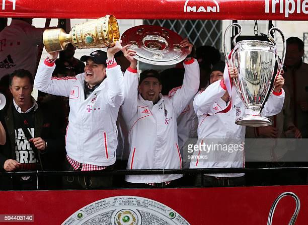 zeige stolz von Bus ihre drei Pokale Manuel Neuer Bayern München mit DFB Pokal Franck RIBERY FC Bayern München Meisterschale und Bastian...