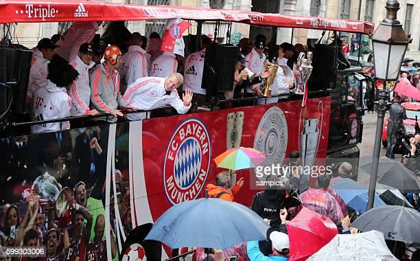 Zeige stolz von Bus ihre drei Pokale Manuel Neuer Bayern München mit DFB Pokal , Franck RIBERY FC Bayern München Meisterschale und Bastian...