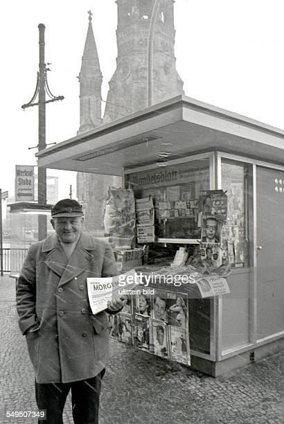 Zeitungsverkäufer am Kurfürstendamm verkauft die Berliner Morgenpost Kiosk iH die KaiserWilhelmGedächtniskirche