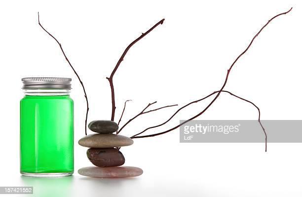Zen wie packshot mit grünem Glas und Flasche