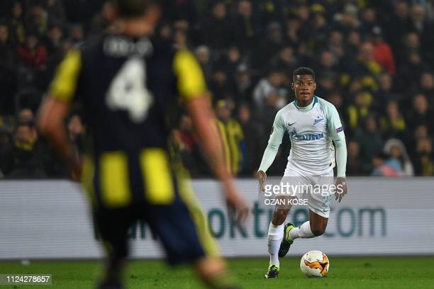 Zenit St Petersburg's Colombian midfielder Wilmar Barrios fights for the ball with Fenerbahce's Chilean defender Mauricio Isla during the UEFA Europa...