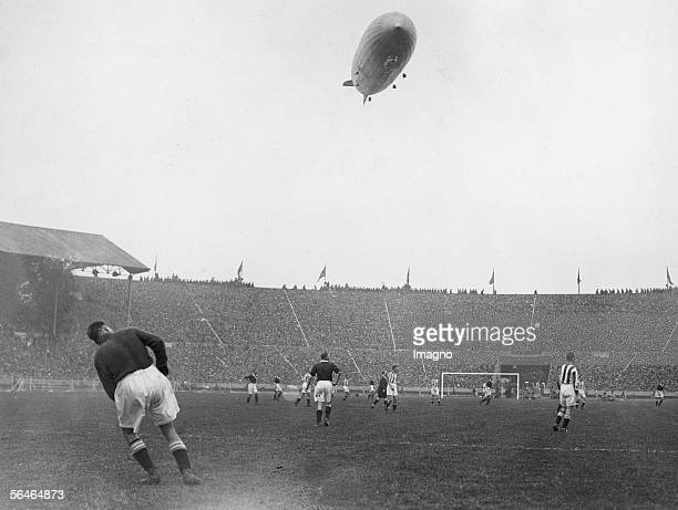 A zeppelin flies over the Wembley stadium during the FA Cup Final between Arsenal and Huddersfield 2641930 [Cupfinale in London Waehrend des...