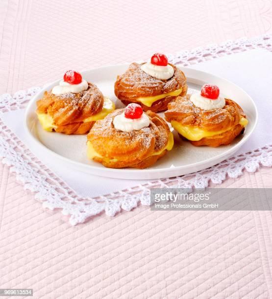 zeppole di san giuseppe (italian fried doughnuts) - san giuseppe foto e immagini stock
