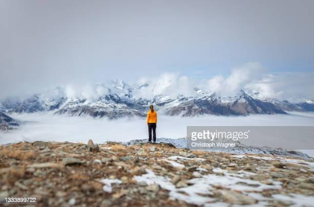 zermatt - frau in den bergen beim wandern - frau fotografías e imágenes de stock
