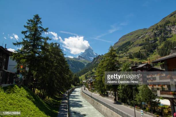 zermatt, switzerland - village & matterhorn - pinnacle peak stock pictures, royalty-free photos & images