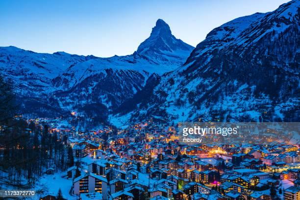zermatt town with matterhorn peak in mattertal, switzerland, at dusk - valley stock pictures, royalty-free photos & images
