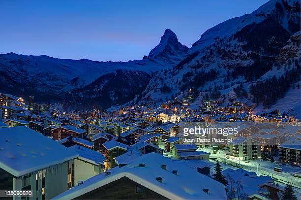 zermatt village and matterhorn at dusk valais swit - zermatt stock pictures, royalty-free photos & images