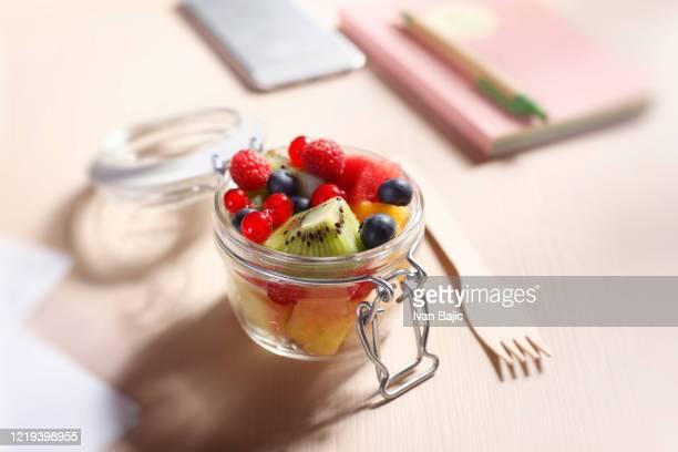 ガラス容器に入った廃食フルーツサラダをゼロにする - おやつ ストックフォトと画像