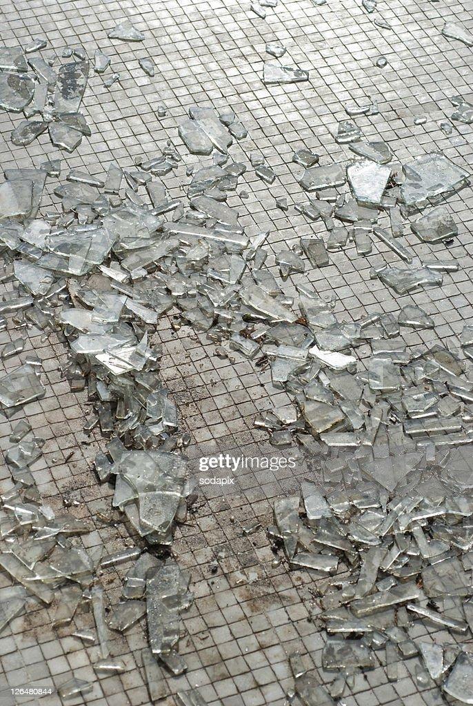 Zersplittertes Glas liegt auf dem Boden : Stock Photo