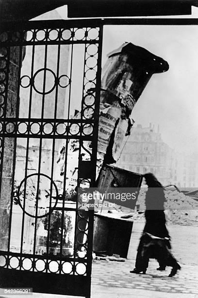 Zerstörte Litfaßsäule in Berlin 1945