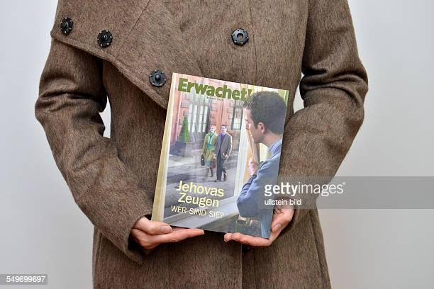 Zeuge Jehovas mit Broschüre 'Erwachet'