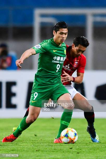 Zhang Yuning of Beijing Guoan and Tomoaki Makino of Urawa Red Diamonds compete for the ball during the 2019 AFC Champions League Group G match...