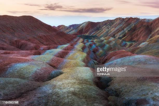 zhangye danxia national geopark, gansu, china. colorful landscape of rainbow mountains. walking paths around sandstone rock formation at zhangye national geological park. - paesaggio spettacolare foto e immagini stock