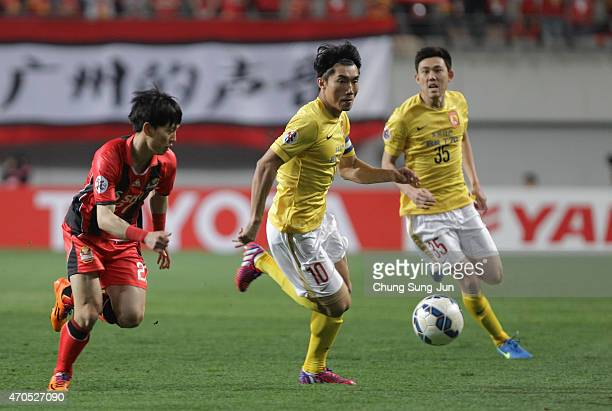 Zheng Zhi of Guangzhou Evergrande compete for the ball with Ko KwangMin of FC Seoul during the AFC Champions League Group H match between FC Seoul...