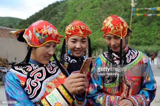 Zhoni county in gansu province 'Jue Nai' Tibetan is a Tibetan nationality from Tibet In today's dress culture increasingly modernization...