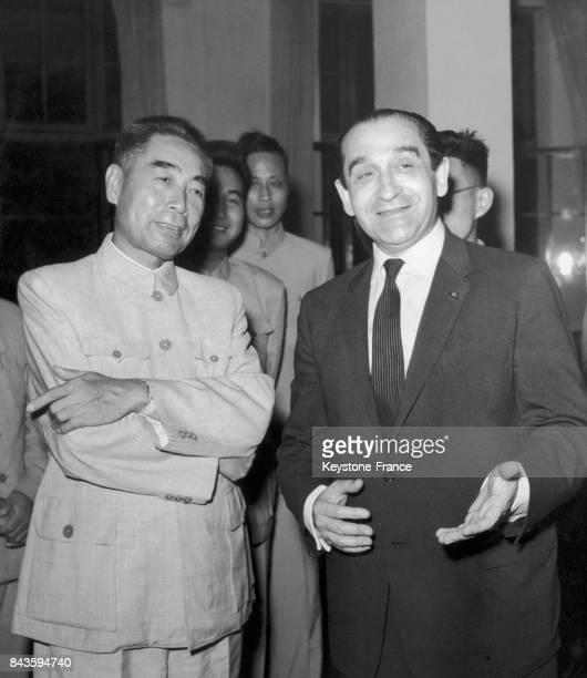 Zhou Enlai et Pierre Mendès France lors de la réception organisée par ce dernier et Roland Dumas à Pékin Chine le 10 août 1958