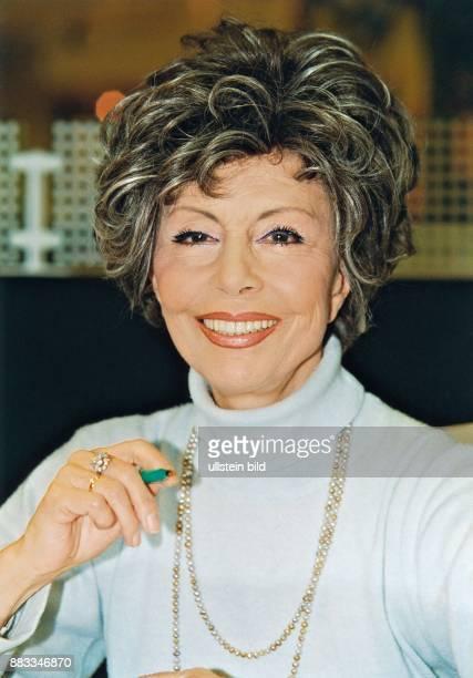 Ziemann Sonja * Schauspielerin Taenzerin Saengerin D Portrait mit einem Stift in der Hand