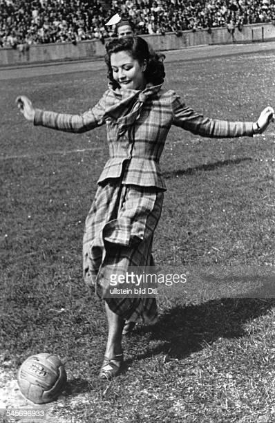 Ziemann Sonja *Schauspielerin Taenzerin Saengerin D Ganzkoerperaufnahme beim Anstoss des Fussballspieles AIK Stockholm gegen den Berliner SV 92 1949