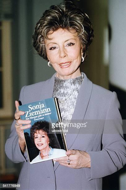 Ziemann Sonja *Schauspielerin Taenzerin Saengerin D Halbportrait mit ihrem Buch Sonja ZiemannEin Morgen gibt es immer September 1998
