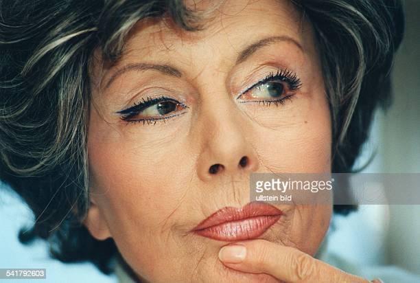 Ziemann Sonja *Schauspielerin Taenzerin Saengerin D Portrait mit einem Finger am Kinn November 1998