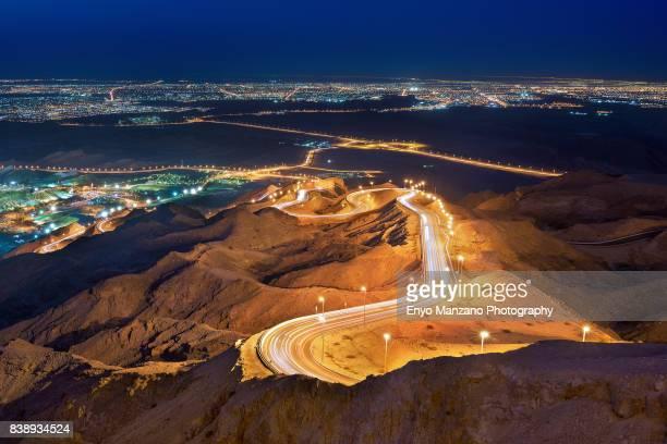 zigzag road - アブダビ アルアイン市 ストックフォトと画像