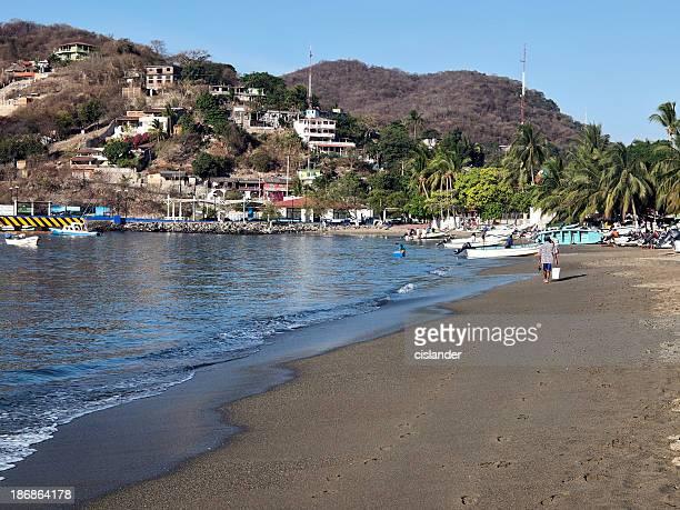 zihuatanejo playa en la mañana - ixtapa zihuatanejo fotografías e imágenes de stock
