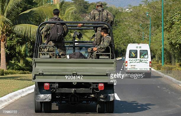 Efectivos del ejercito mexicano patrullan la carretera de Ixtapa en el sureno estado de Guerrero como parte del operativo para combatir el...
