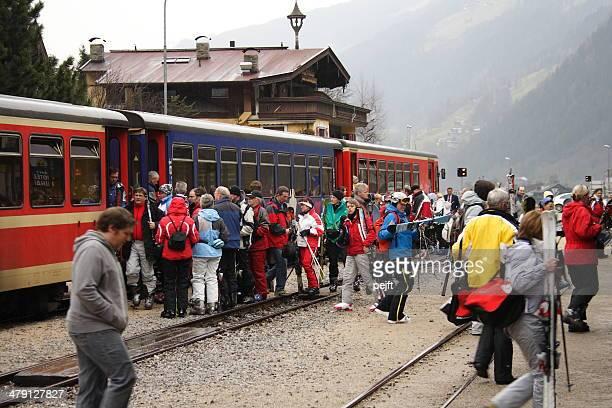 Zillertalbahn Zug am Bahnhof mit Passagiere Mayrhofen