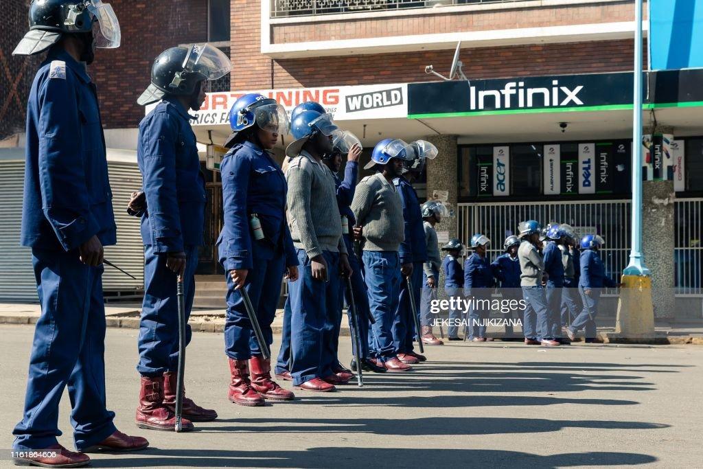 ZIMBABWE-POLITICS-DEMO-POLICE-ECONOMY : News Photo