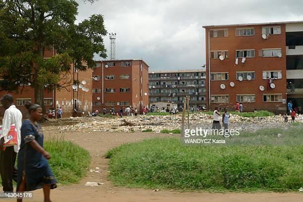 Zimbabwe Is Dying Under The Dictatorship Of Robert Mugabe. Le Zimbabwe sous la dictature de Robert Mubabe : Harare, 19 mars 2009 : la vie quotidienne...