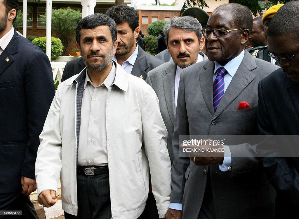 Zimbabwean President Robert Mugabe (R) a : Nieuwsfoto's
