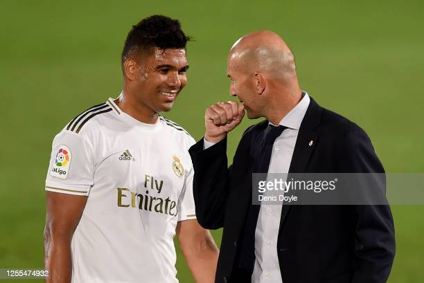 Zinédine Zidane head coach of Real Madrid jokes with Casemiro during the Liga match between Real Madrid CF and Deportivo Alaves at Estadio Alfredo Di...