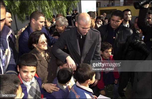 Zinedine Zidane accompagne de son pere Smail et de sa mere Malika visite l'ecole dans le village de Sidi Daoud a 100km a l'est d'Alger en Kabylie...