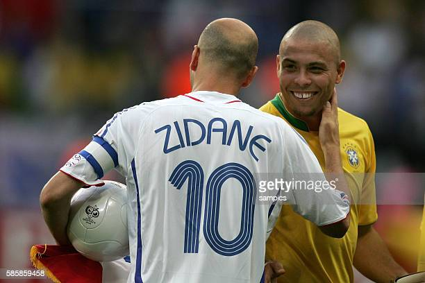 Brasilien Frankreich 01 Zinedine Zidane begrußt Ronaldo FIFA Fußball Weltmeisterschaft 2006 in Deutschland Football world cup 2006 Quarterfinal...