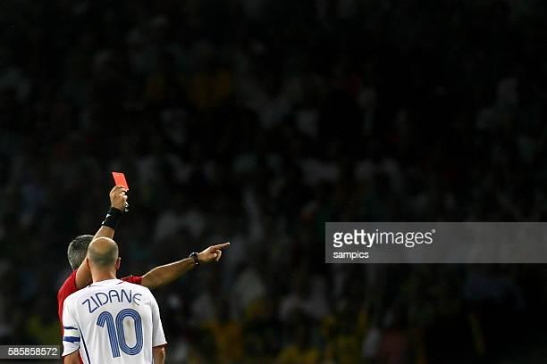 Zinedine Zidane bekommt die rote Karte von Schiedsrichter Horacio Elizondo wegen einer Tätlichkeit gegen Materazzi Weltmeisterschaftsfinale WM Finale...