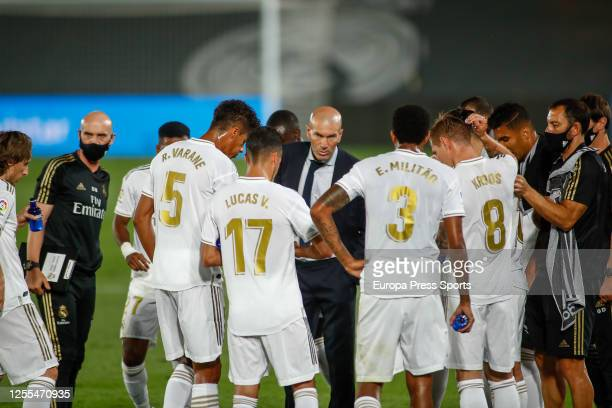 Zinedine Zidane, head coach of Real Madrid, talks to his players during a La Liga match between Real Madrid and Deportivo Alaves at Alfredo Di...