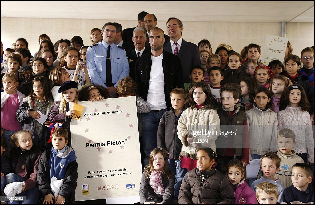 Zinedine Zidane Is The Godfather Of The First Remission Of Permis Pieton At The Ce2 Class Of Paul Cezanne School In Chantilly, France On November 09, 2006. : Photo d'actualité