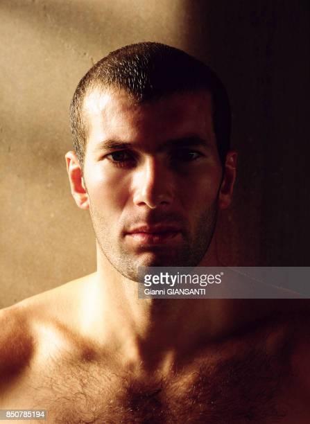 Zinedine Zidane lors d'une séance pour le calendrier Donna Moderna à Turin le 19 septembre 2000 Italie