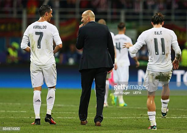 Zinedine Zidane manager of Real Madrid talks to Cristiano Ronaldo before the second period of the extra time during the UEFA Champions League Final...