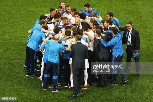Zinedine Zidane manager of Real Madrid talks to his players ahead of extra time during the UEFA Champions League Final match between Real Madrid and...