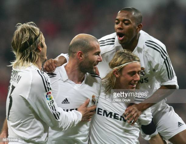 Zinedine Zidane of Real Madrid celebrates his goal with David Beckham , Robinho and Guti during the Primera Liga match between Real Madrid and...